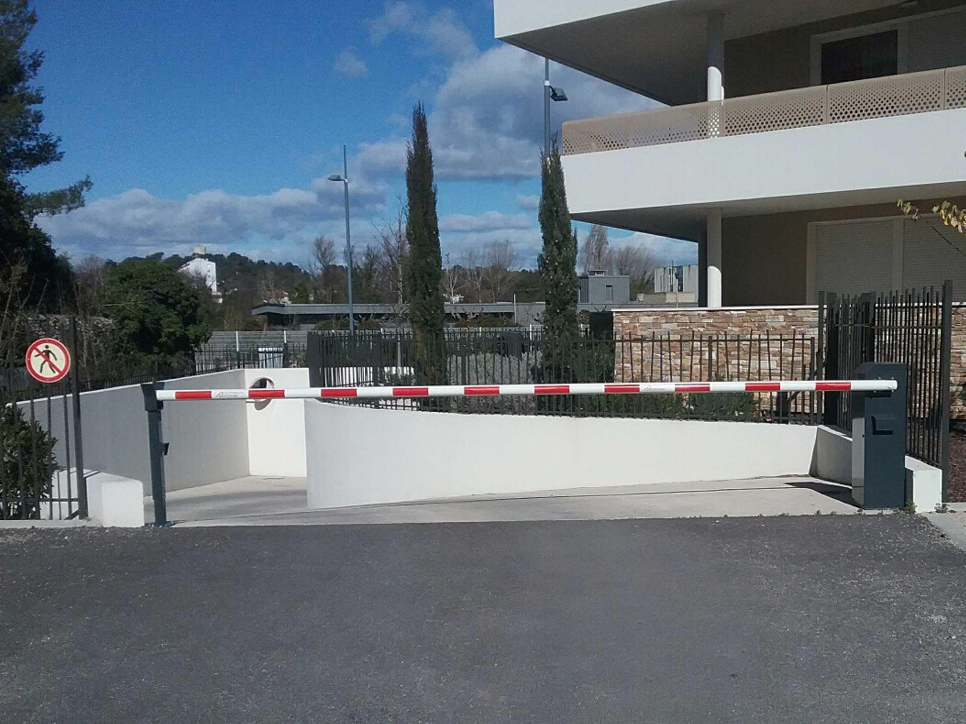 Vente barrière automatique métallique avec Sim Fermetures à Montpellier
