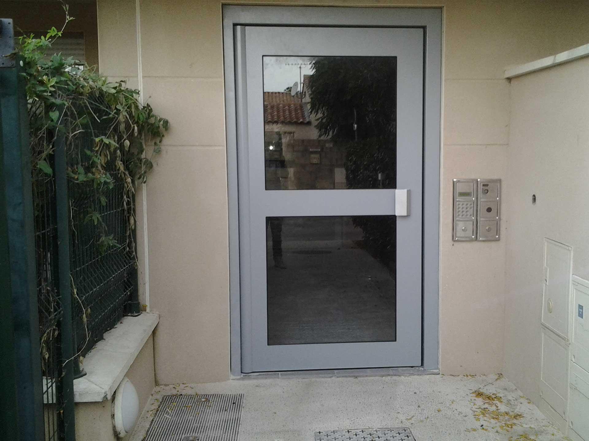 Vente porte d'entrée d'immeuble et systèmes d'accès avec Sim Fermetures à Nîmes