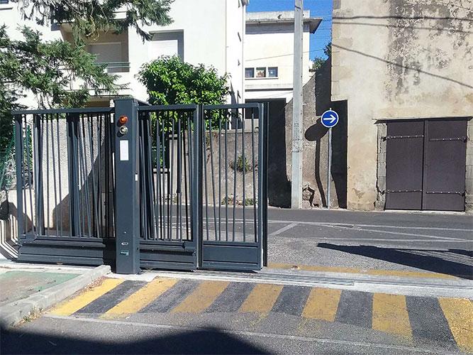 Vente de portail battant automatique avec Sim Fermetures pour l'habitat collectif à Montpellier