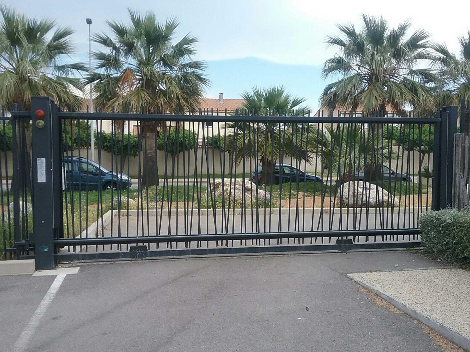 Vente de portail coulissant avec Sim Fermetures pour l'habitat collectif à Perpignan