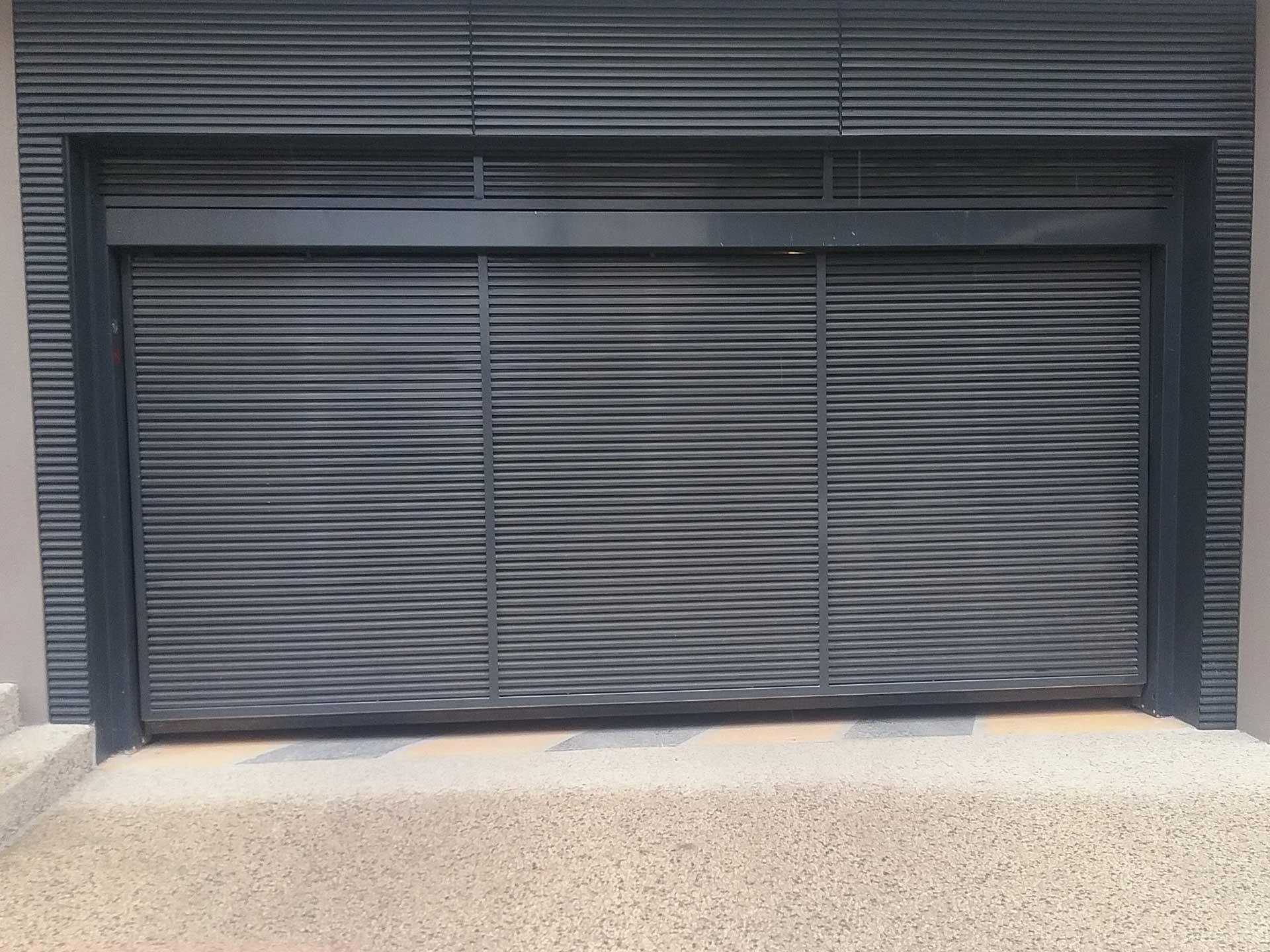 Installation et location de porte de garage basculante avec Sim Fermetures à Perpignan